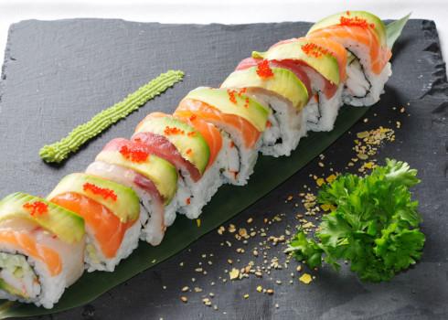 Arcobaleno Uramaki - Cetriolo, avocado, fette di pesce crudo, semi di sesamo