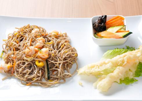 Menu Cha Soba - Spaghetti di grano saraceno saltati con verdure e gamberi, gamberoni in tempura e contorno