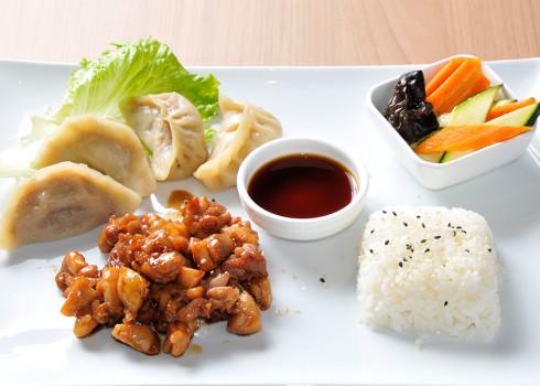 Menu Classic - 4 ravioli di carne, pollo yakitori, riso e contorno