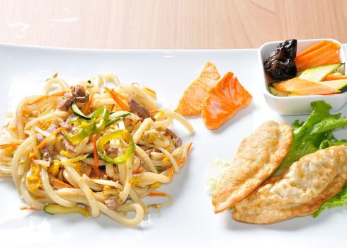 Menu Spicy Udon - Pasta udon con manzo e peperoncino, ravioli coreani piccanti, salmone alla griglia e contorno