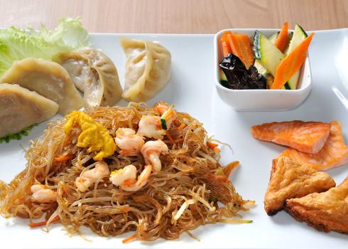 Menu Umami - 4 ravioli di carne, toast di gamebri, salmone alla griglia, spaghetti di riso/soia saltati con verdure e gamberi e contorno