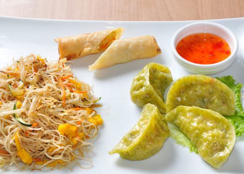 Menu Vegetariano - Involtini di verdure, 4 ravioli di verdure, spaghetti di riso/soia saltati con verdure e funghi e contorno