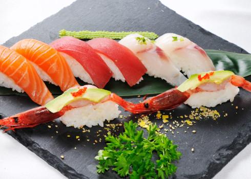 Nigiri mix crudi - 2 salmone, 2 branzino, 2 tonno, 2 gamberi rossi