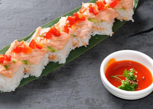 Oshizushi Hot - Avocado, salmone scottato in salsa teriyaki, peperoncino verde
