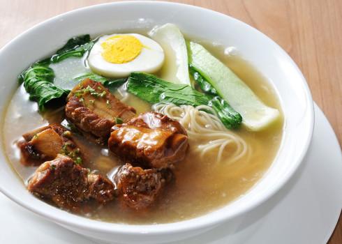 Paigu Ramen - costine di maiale brasate, pak choy, carote, toufu fritto, uova