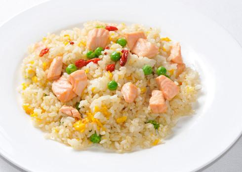 riso tao - riso saltato alla piastra con salmone e bacche di goji