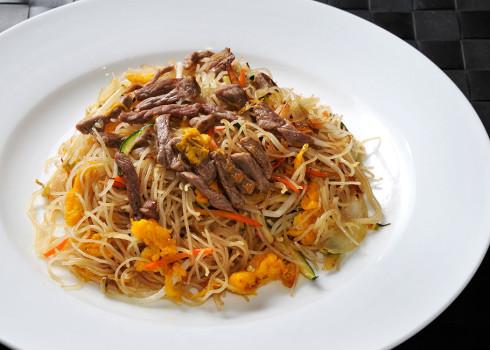 Spaghetti di riso al manzo - Spaghetti di riso saltati con manzo, verdura e uova