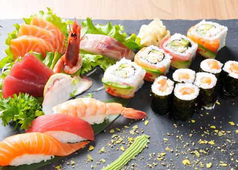 Sushi sashimi misto classico - 4 nigiri, 2 uramaki, 3 hosomaki, 10 sashimi misti