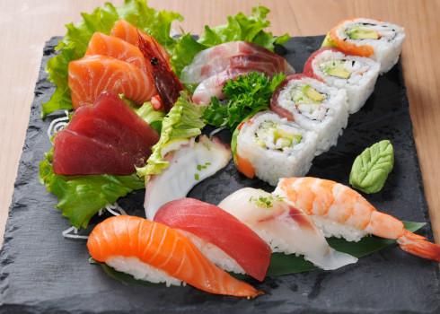 Sushi Sashimi Moriawase- 18 pezzi: 4 nigiri, 4 uramaki, 10 sashimi