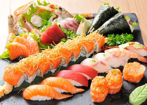 Sushi sashimi Umami  - 6 nigiri, 4 uramaki speciali, 2 gunkan, 12 sashimi, 2 scampi, 1 capasanta, tartare di salmone