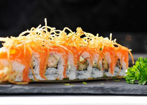 Tiger roll - Tempura di gambero, salmone, uova di salmone, sesamo