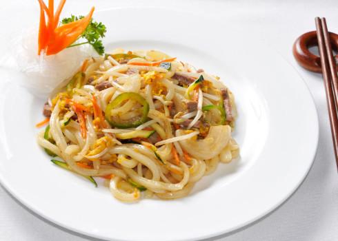 Yaki udon – pasta giapponese di riso con manzo e peperoncini verdi